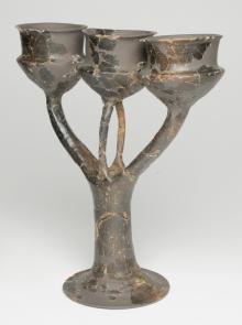 Vaso a tre bracci con tre coppe, dal corredo della Tomba 3, Grandate, 2011, Irma Bianchi Comunicazione