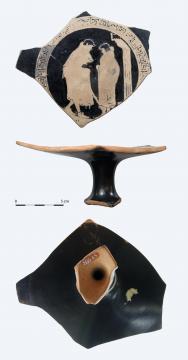 Coppa su piede (Kylix) a figure rosse in ceramica di produzione greca, V sec. a.C., Tomba del Carro della Ca' Morta, Irma Bianchi Comunicazione